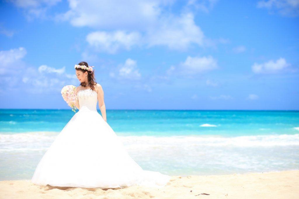 ワイマナロビーチでウェディングフォト、花嫁