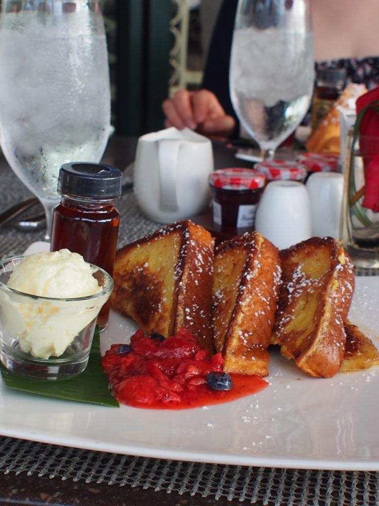 ロイヤルハワイアンホテル(The Royal Hawaiian)のサーフラナイ(Surflanai)で朝食に食べたザ・ロイヤル・ベークショップ バナナブレッド・フレンチトースト