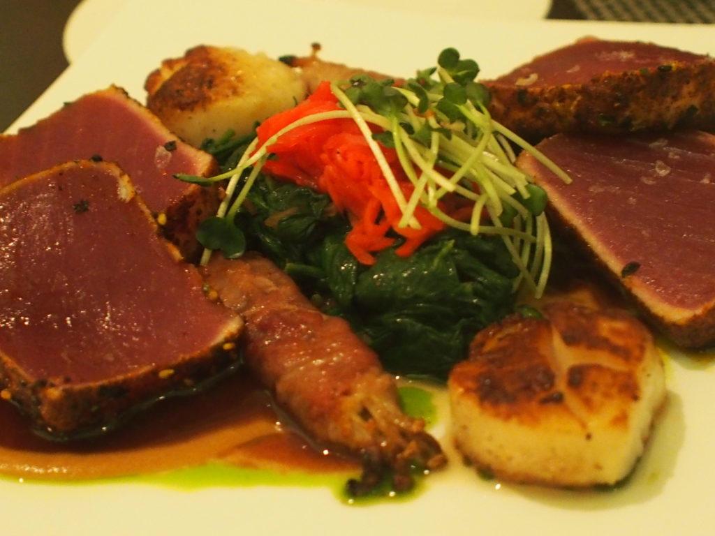 ロイヤルハワイアンホテル(The Royal Hawaiian)のアズーア レストラン(Azure Restaurant)で食べたハワイ産鮪のタタキ風と北海道帆立