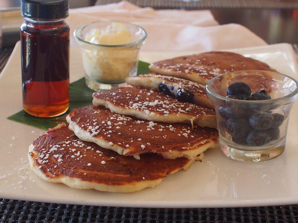 ロイヤルハワイアンホテル(The Royal Hawaiian)のサーフラナイ(Surflanai)で朝食に食べたワイルドブルーベリー・パンケーキ