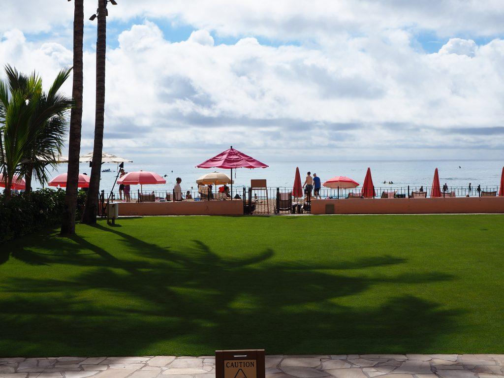 ロイヤルハワイアンホテル(The Royal Hawaiian)から見えるビーチ