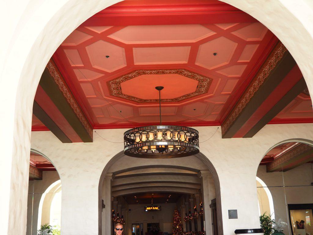 ロイヤルハワイアンホテル(The Royal Hawaiian)内散策、ピンクの可愛い天井