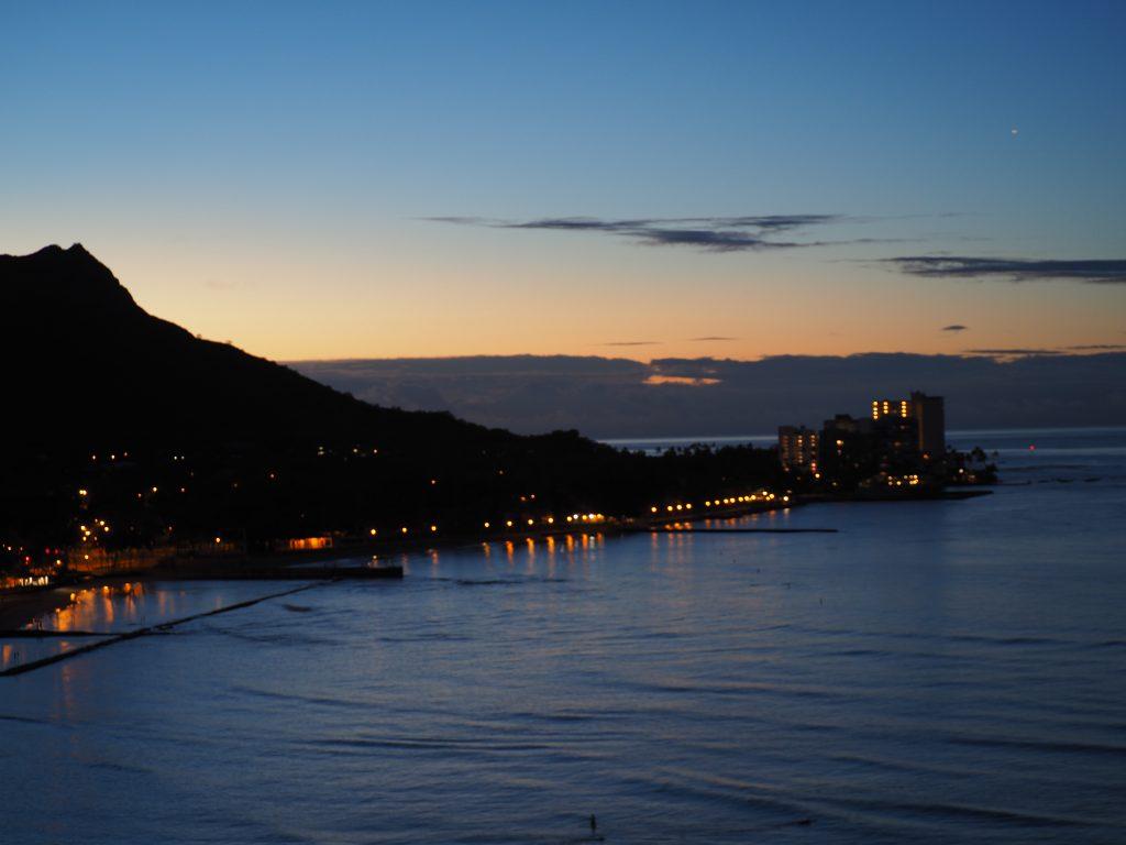 ロイヤルハワイアンホテル(The Royal Hawaiian)、マイラニ・タワー・プレミア・オーシャン(Mailani Tower Premier Ocean)から見えるダイアモンドヘッドの夜景