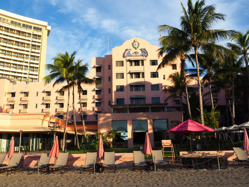 ロイヤルハワイアンホテル(The Royal Hawaiian)宿泊者のみが使える、プライベートビーチのような専用のビーチチェアが並ぶ様子