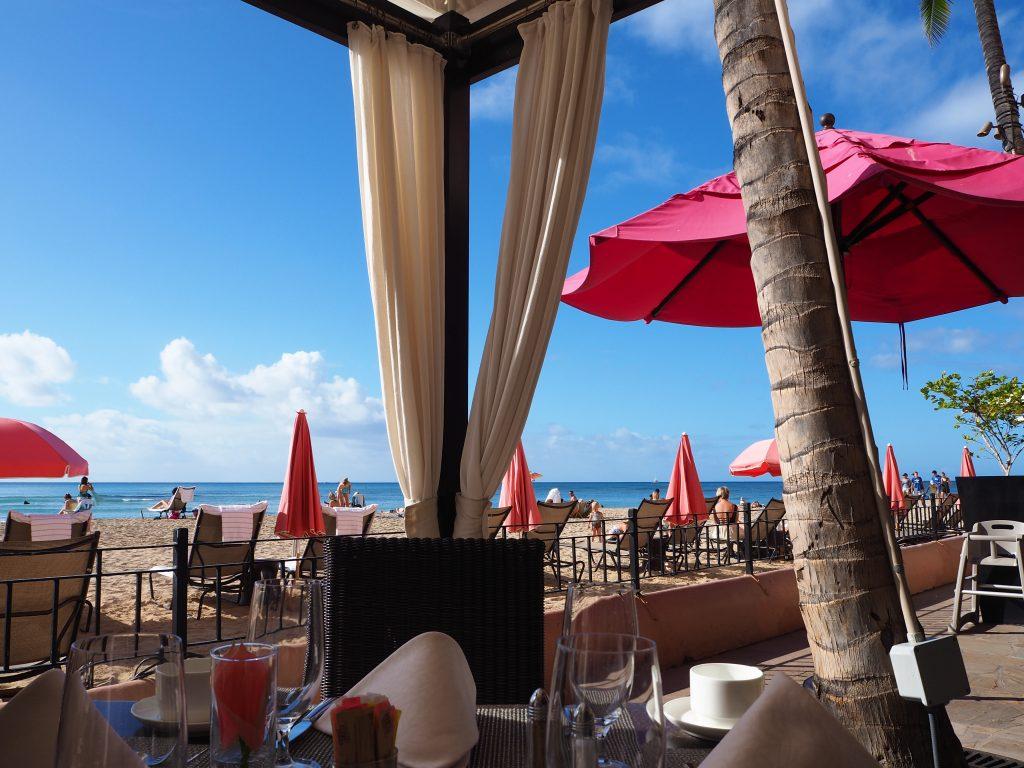 ロイヤルハワイアンホテル(The Royal Hawaiian)内のサーフラナイ(Surflanai)で朝食をとった際のカバナ席