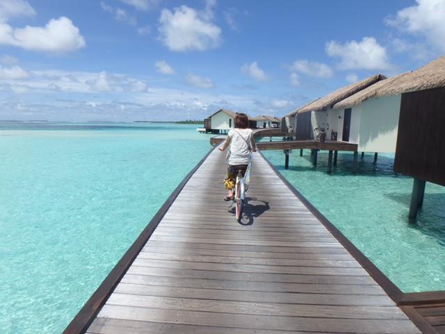サイクリングでザ レジデンス モルディブ(The Residence Maldives)を島内散策する様子