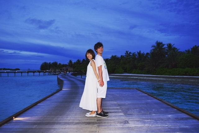 ザ レジデンス モルディブ(The Residence Maldives)でのハネムーン中に海を背景にしたフォトセッション