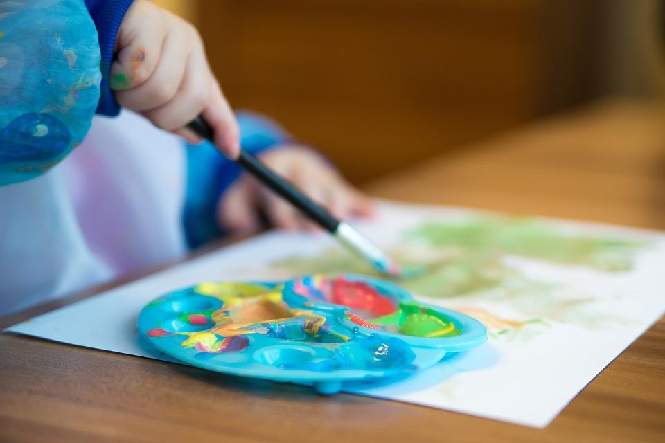 アメリカのプレスクールでは毎日お絵かきなどの作品を作る