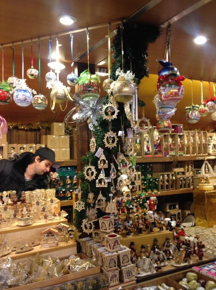 アウクスブルクのクリスマスマーケットの木製品の出店