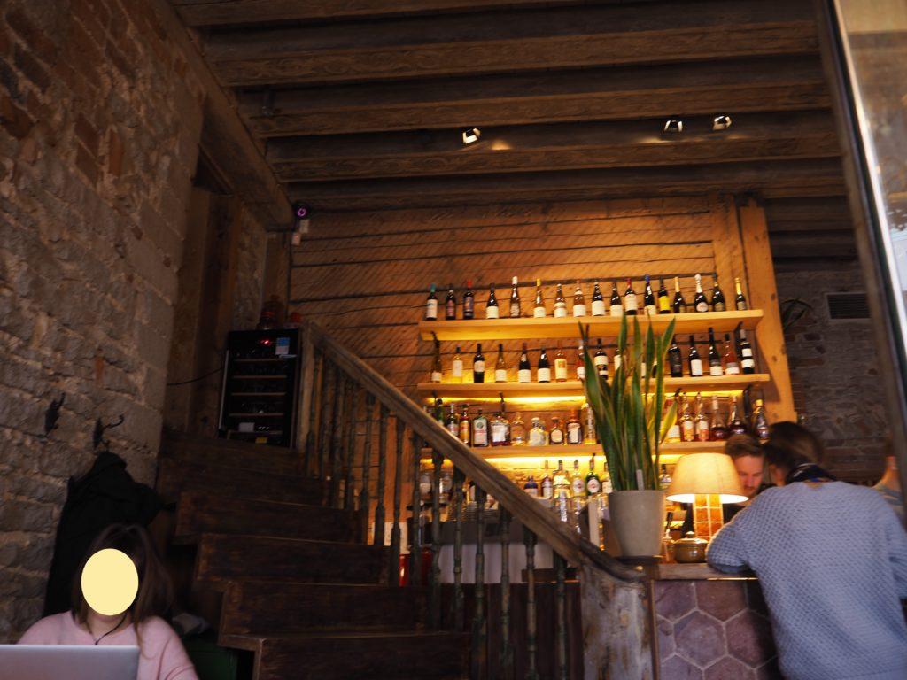 タリンの Rataskaevu 16 (ラタスカエヴ 16)の店内の様子とワインセラー