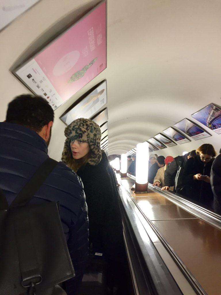 モスクワの駅構内のエスカレーター