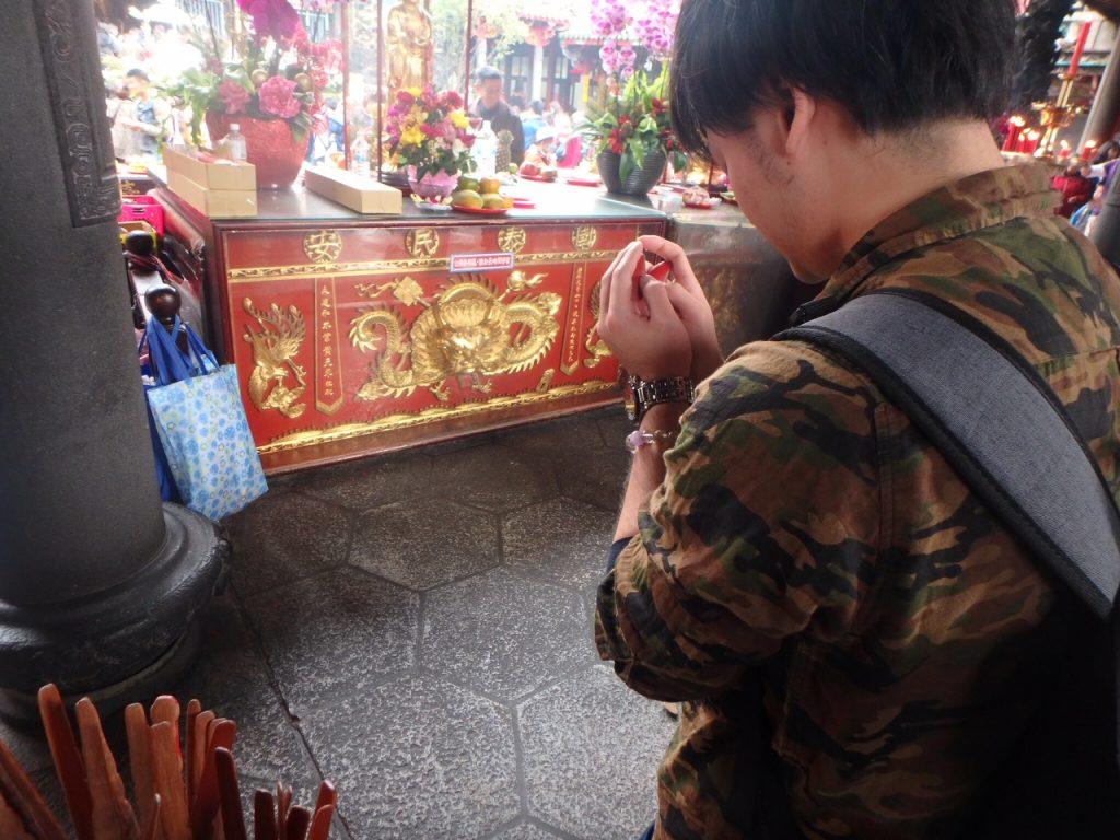 台湾の龍山寺おみくじ