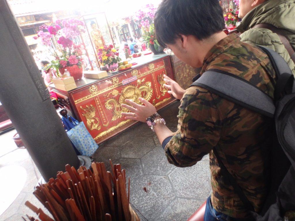 台湾の龍山寺おみくじ、筊杯を投げる様子