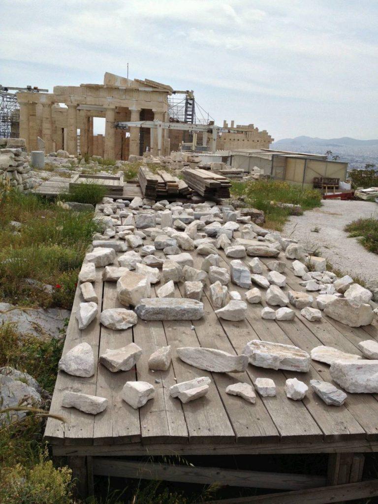 パルテノン神殿付近に転がるパーツ