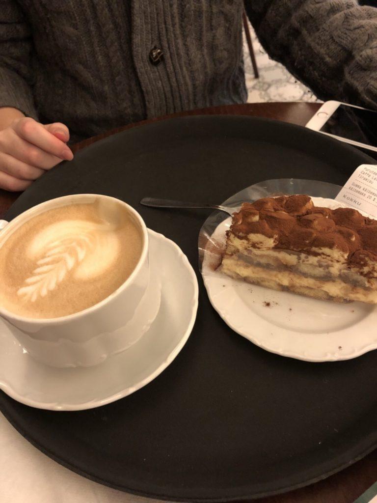 タリンのカフェMaiasmokk(マイアスモック)のチョコレートケーキとカフェラテ