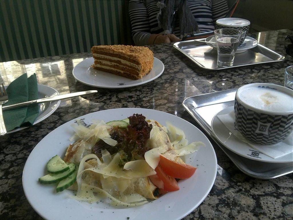 プラハのカフェ、Grand Cafe Orientのはちみつケーキとカプチーノ