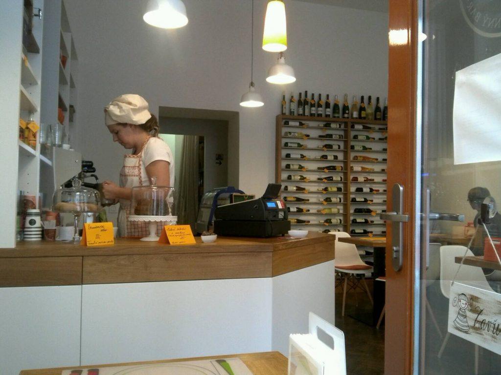 プラハのカフェ、DEN NOCの店内の様子