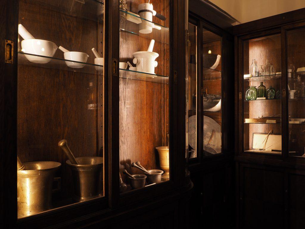 タリンの市議会薬局、店内器具展示スペース