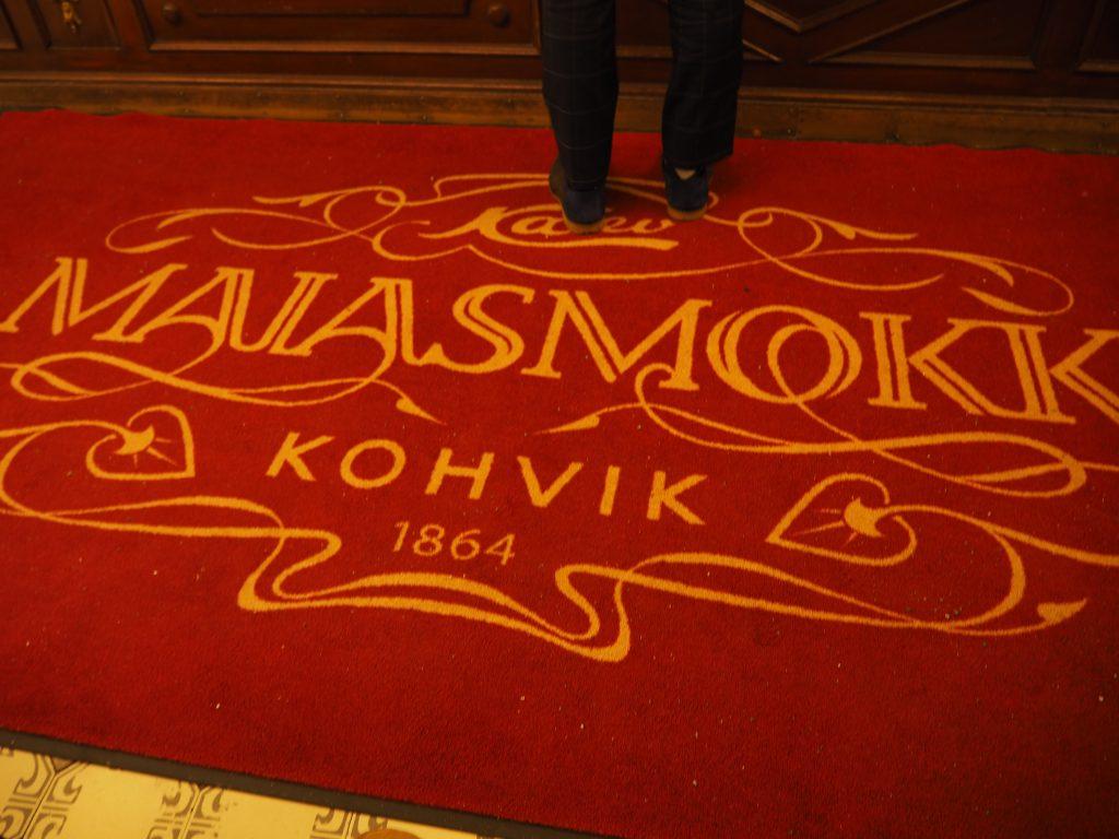 タリンのカフェMaiasmokk(マイアスモック)の赤絨毯