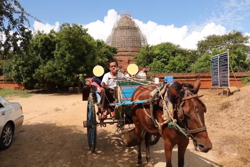 馬車に乗ってのミャンマー、バガン観光