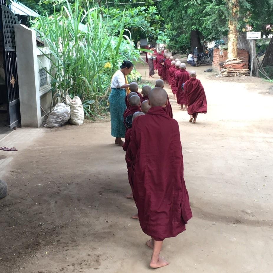 ミャンマーのバガンのお坊さんたちの後ろ姿