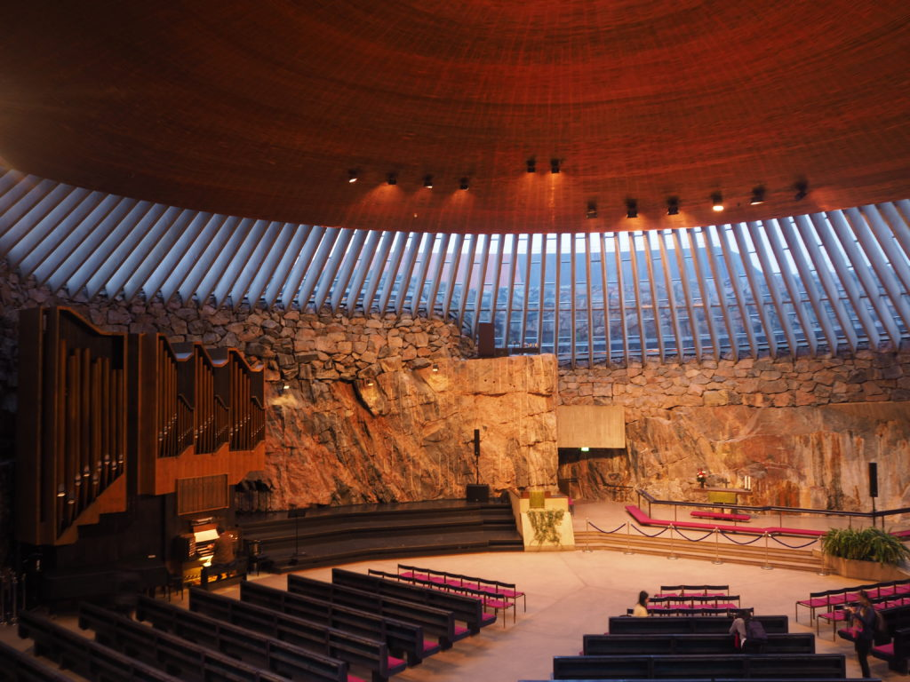 ヘルシンキのテンペリアウキオ教会内部