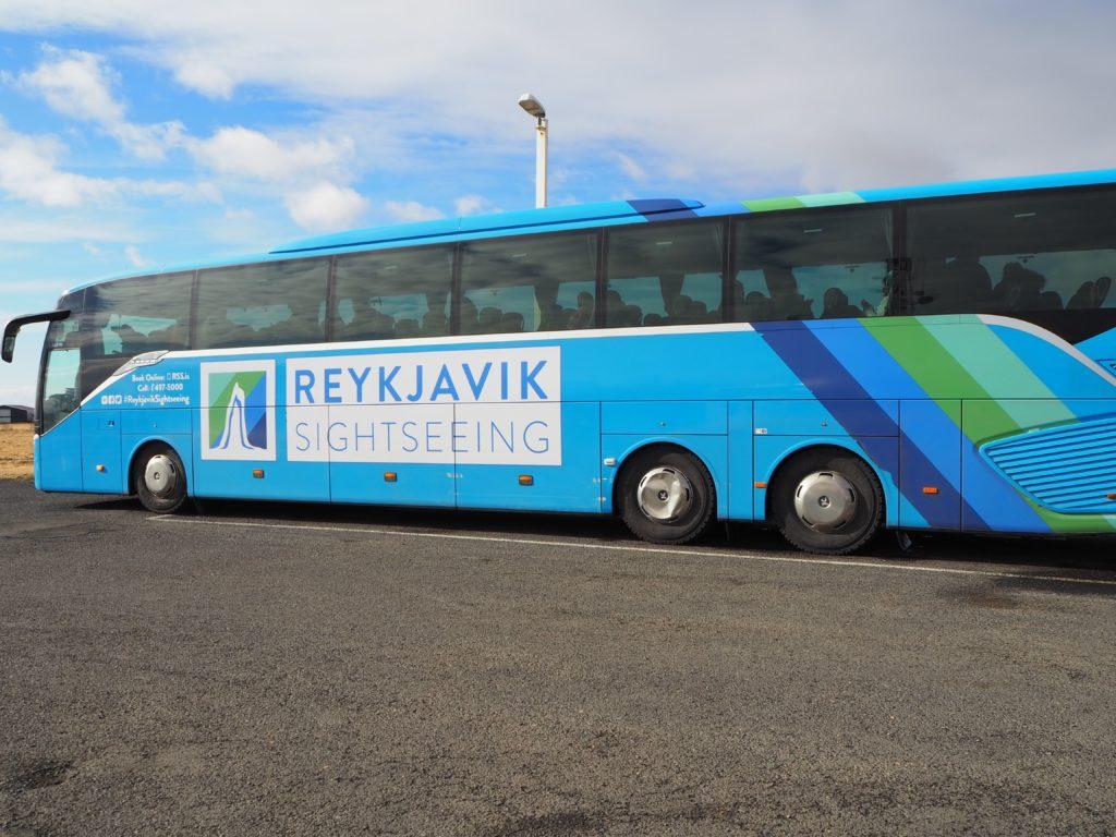 アイスランド南部の観光ツアーバス