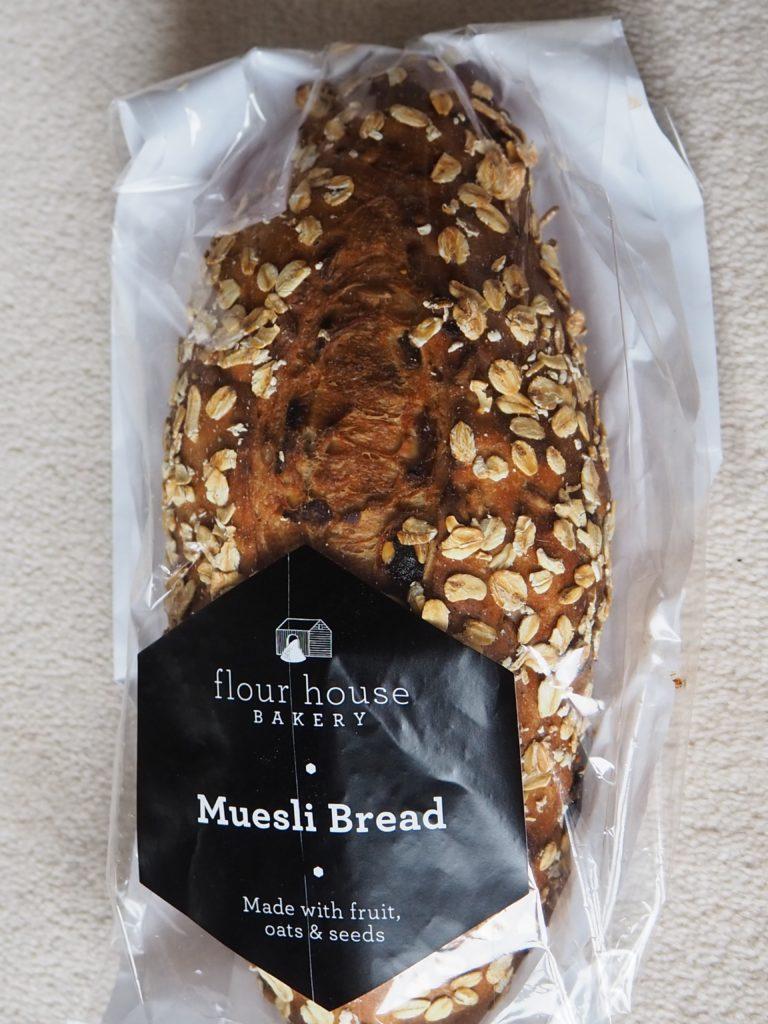 ロンドンのスーパー、テスコ Tescoのドライフルーツやナッツが入ったパン