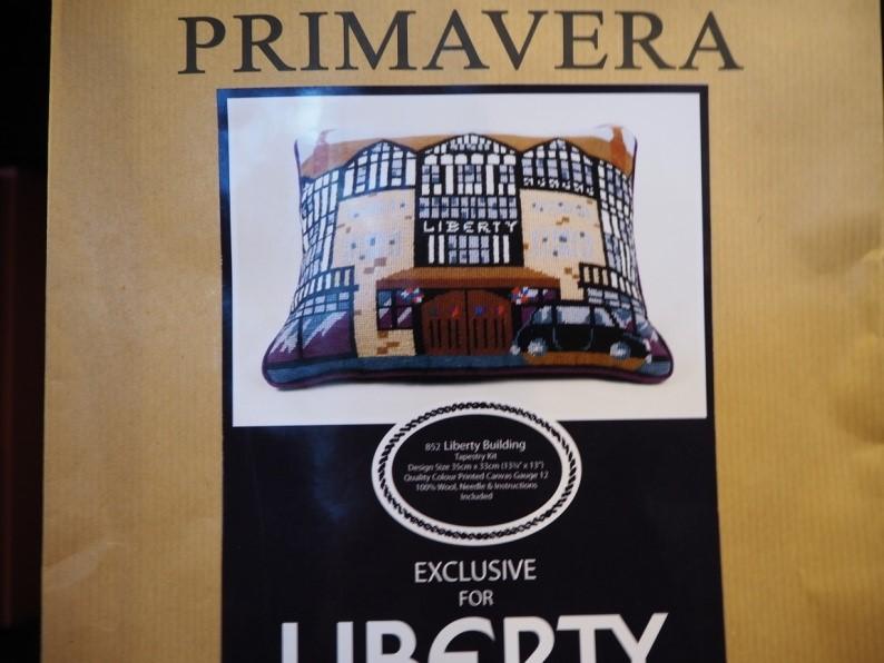 リバティ・ロンドン(Liberty)で売られているリバティ柄のクッションの刺繡キット