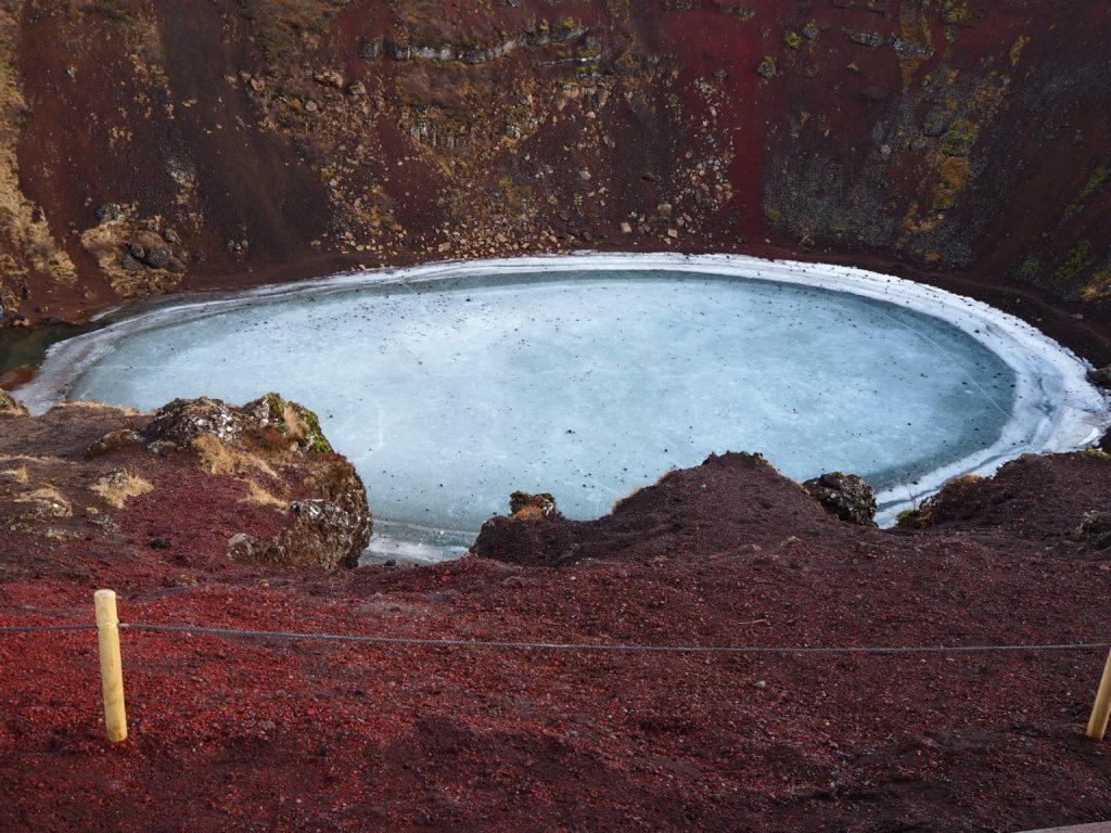 アイスランド、ゴールデンサークルのケリズ火口湖