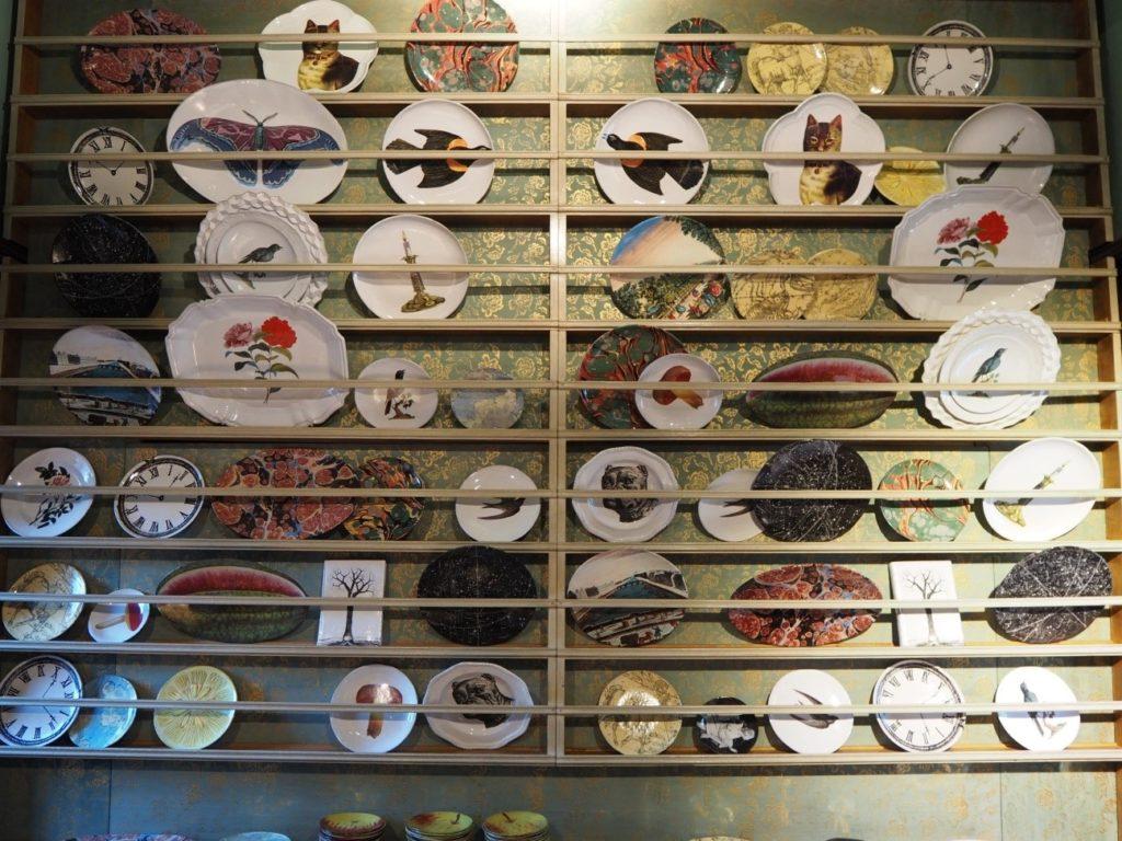 リバティ・ロンドン(Liberty)店内のお皿ディスプレイ