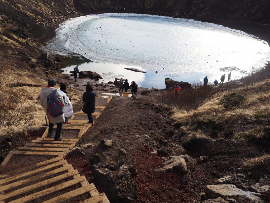 アイスランド、ゴールデンサークルのケリズ火口湖の階段