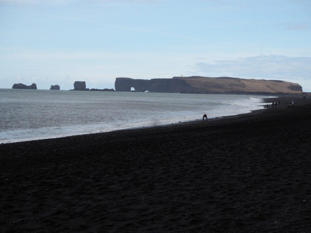 アイスランドのレイニスファラのブラックサンドビーチ