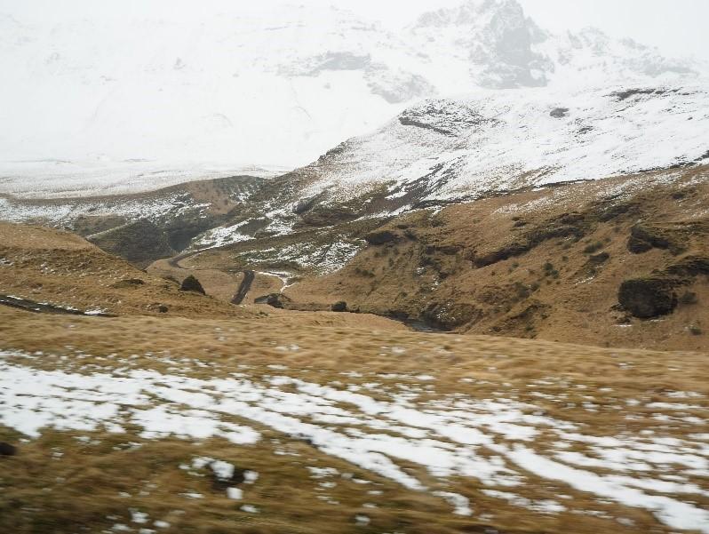 アイスランドのスコウガフォスの滝の雪