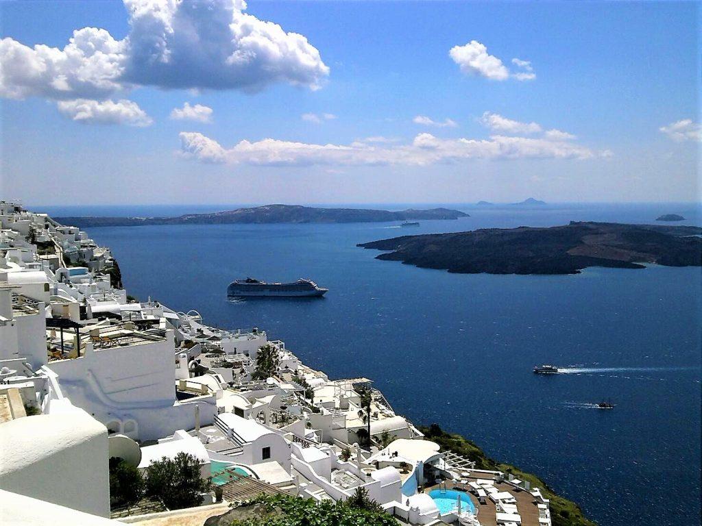 サントリーニのホテルから見るエーゲ海