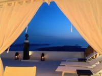 The Tsitouras Collection Hotelのプールサイドのテント