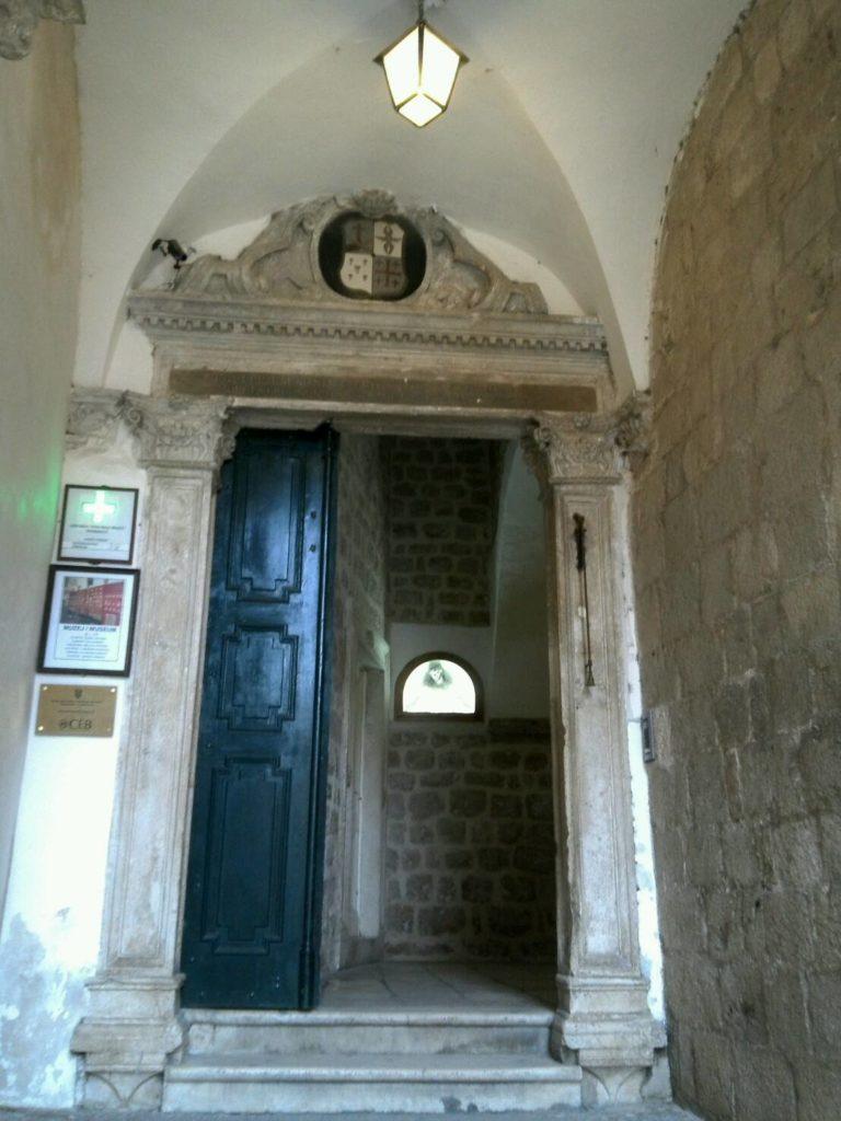 ドブロブニクのフランシスコ会修道院内にあるマラ・ブラーチャ薬局入口