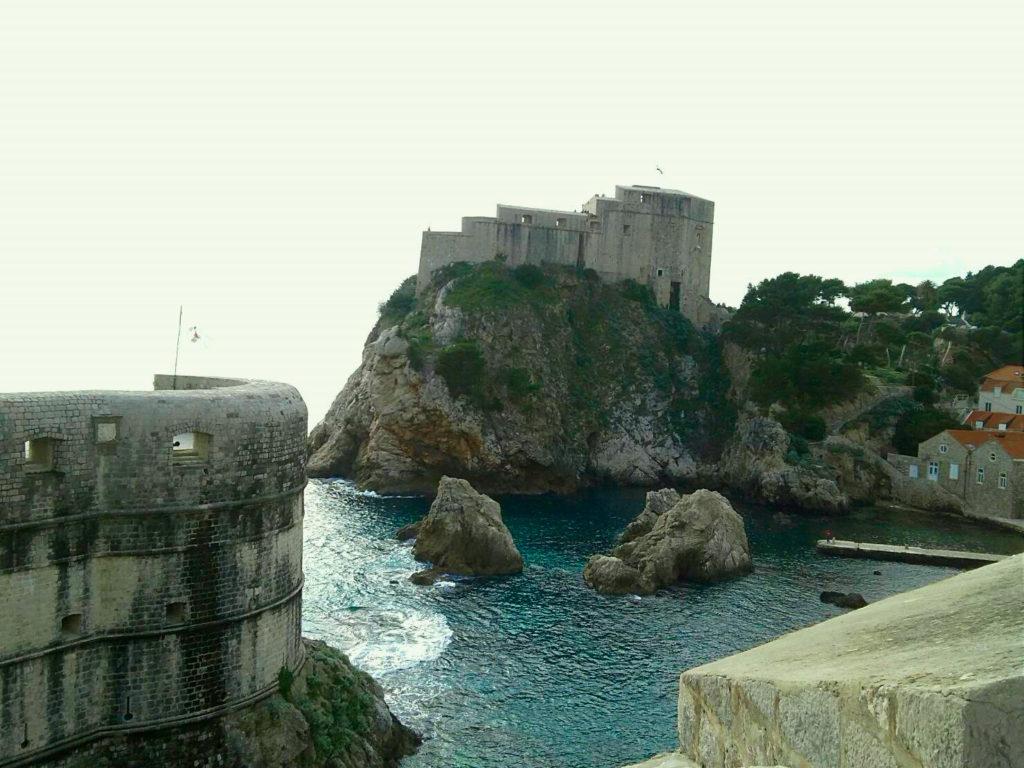ドブロブニクの城壁からのアドリア海の景色