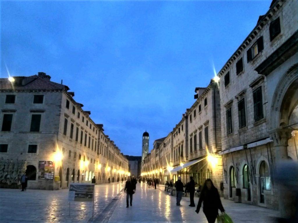 ドブロブニク旧市街メインストリートのプラツァ通り