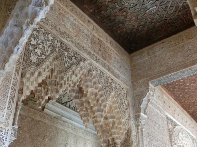アルハンブラ宮殿のライオンの中庭の壁・天井部分の漆喰細工