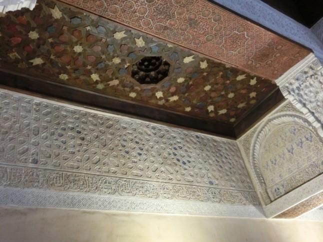 アルハンブラ宮殿のメスアールの間の天井や壁のタイル装飾