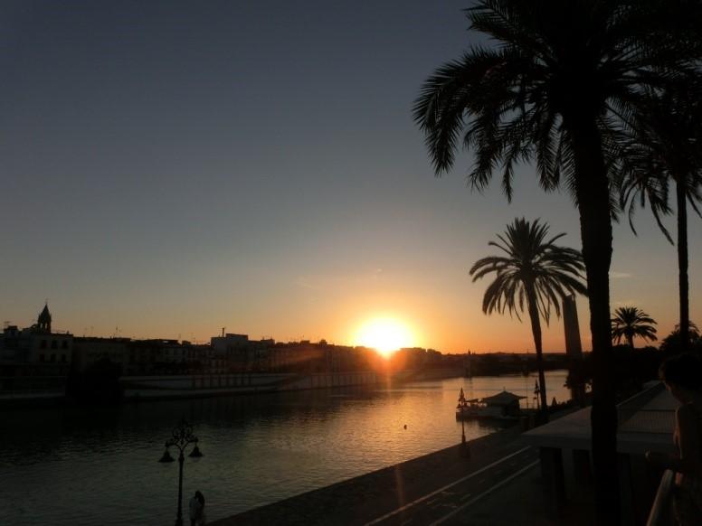 セビリアのグアダルキビル川に沈む夕日