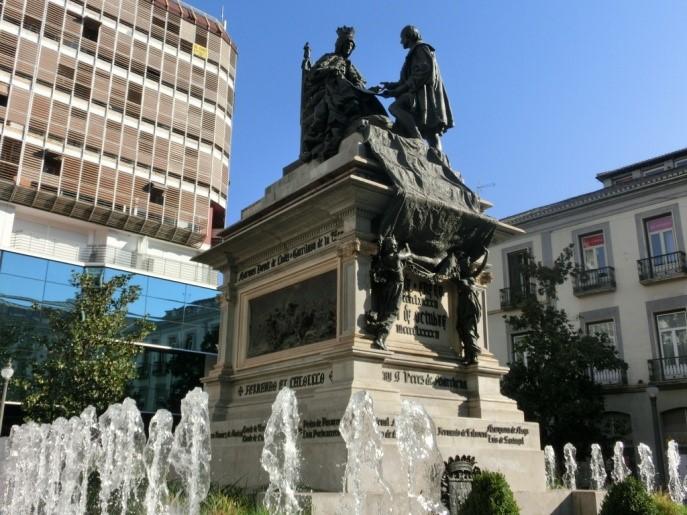 グラナダのコロンブスとイザベル女王の銅像