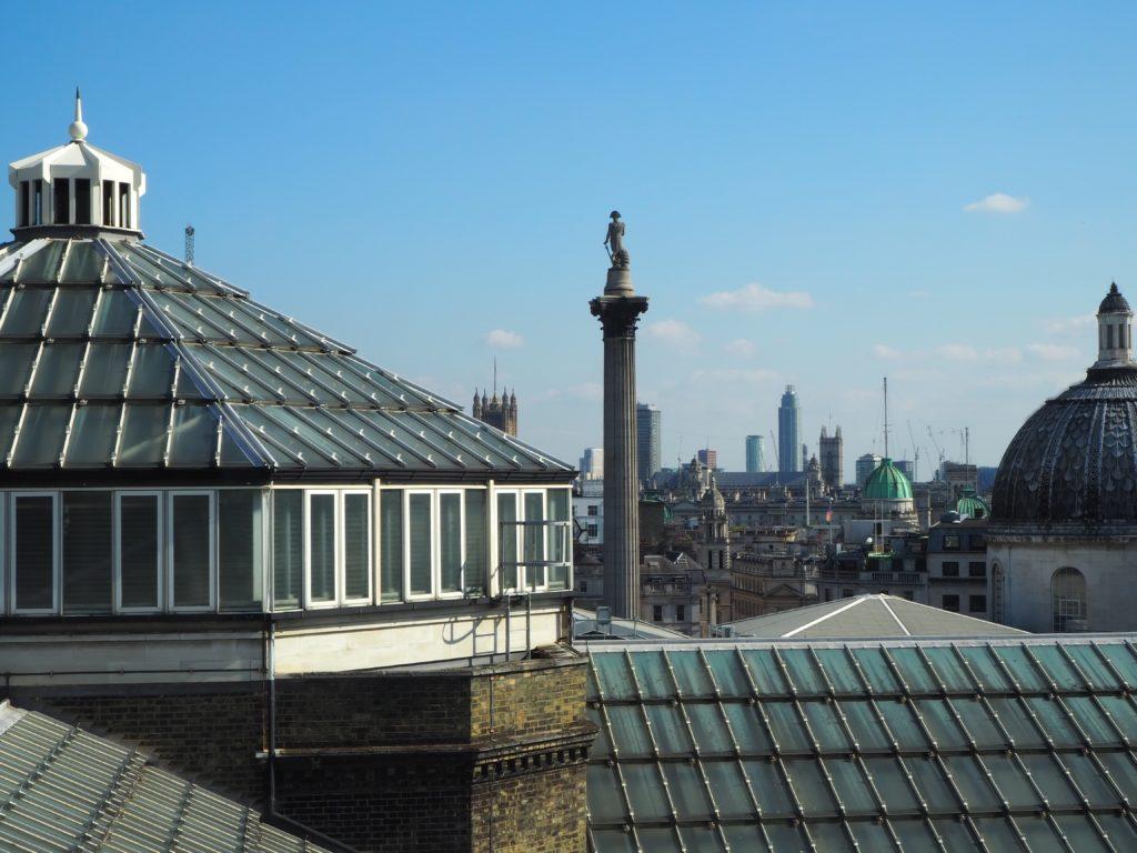 ロンドンのポートレートレストラン(Portrait Restaurant)から見えるトラファルガー広場のネルソン提督の像