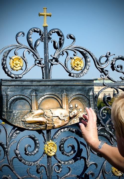 プラハのカレル橋の聖ヤン・ネポムツキー像の十字架のレリーフ