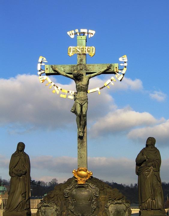 プラハのカレル橋のブロンズの十字架