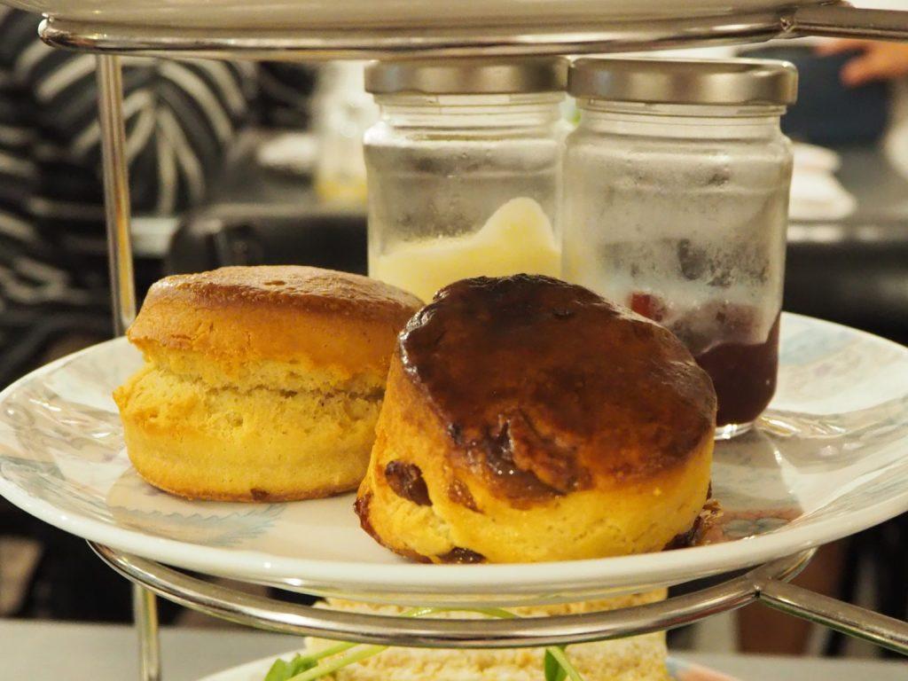 ロンドンのコヴェント・ガーデンのwhittardのカフェ、TEA BARのアフタヌーンティーのスコーン