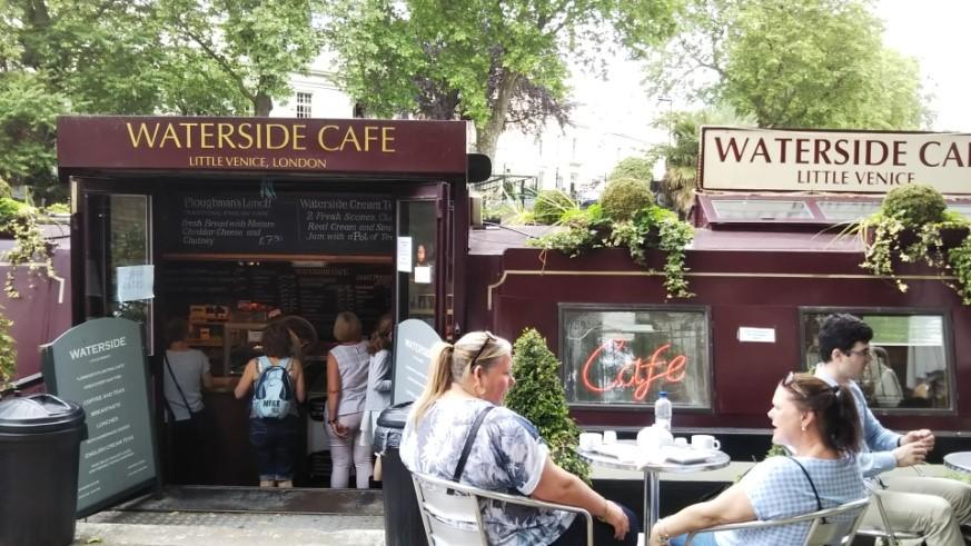 ロンドンのリトル・ベニスのナロウ・ボートのカフェ