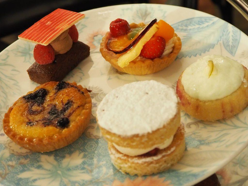 ロンドンのコヴェント・ガーデンのウィッタード(whittard)のカフェ、TEA BARのアフタヌーンティーのケーキ