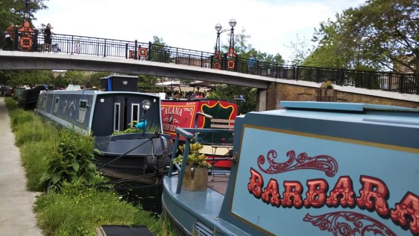ロンドンのリトル・ベニスの住居として使用されるナロウ・ボート